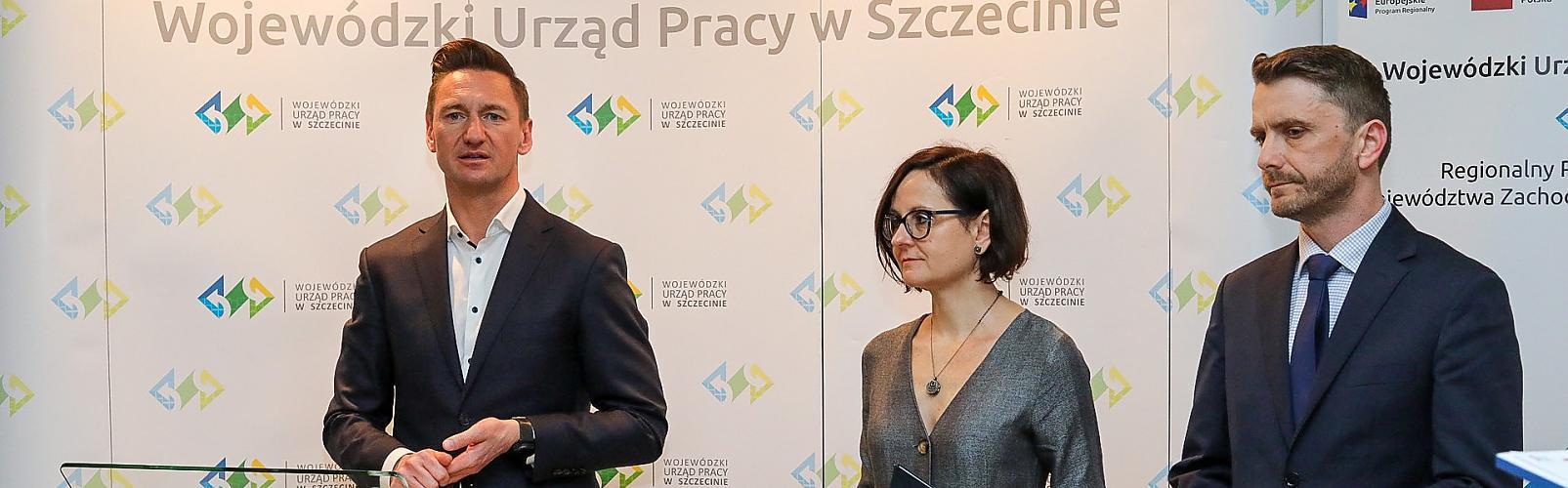 Konferencja prasowa 3 marca 2020 r. w WUP. Na zdjęciu: Marszałek Olgierd Geblewicz oraz dyrektor WUP w Szczecinie Andrzej Przewoda podsumowali dotychczasowe działania, w środku rzecznik Gabriela Wiatr.
